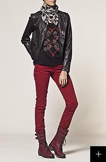 Pantalon rouge et veste en cuir