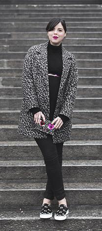Manteau léopard porté par Pauline