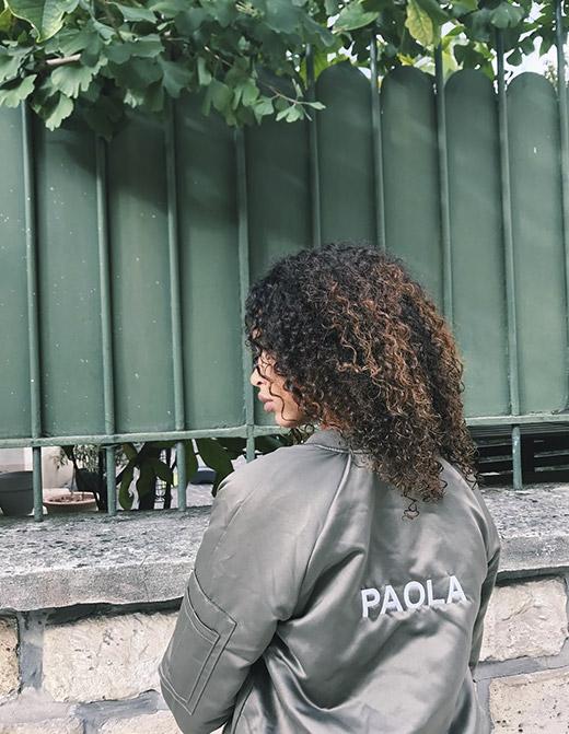 Paola porte un bomber IKKS