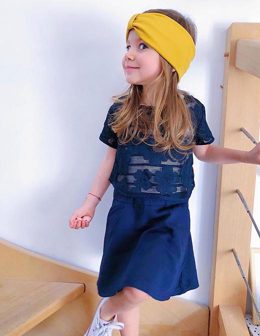 Daphné dans une robe marinière fille